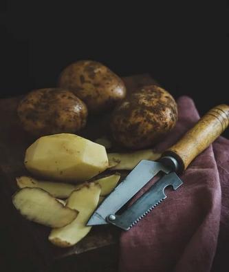 Hy skil sy aartappels nie twee keer nie - Get it right the first time