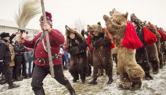 Romanian folklore myths legends - caroling with the bear. Cu ursu de Craciun