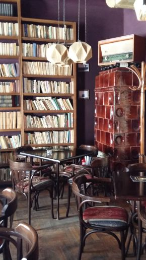 Brasov, where Doors hide Surprises, Bistrot L'Etage, decor - read, have coffee and be merry