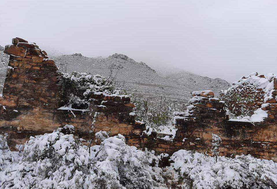 Oudtshoorn Swartberg mountain pass snow July 2021 .jpg