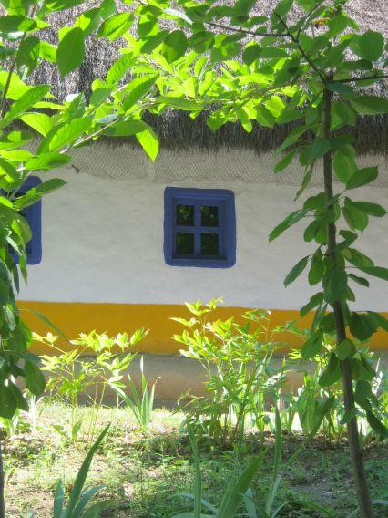 blue-framed-window-country-house-Romania2 Dumitra, Alba, Transilvania
